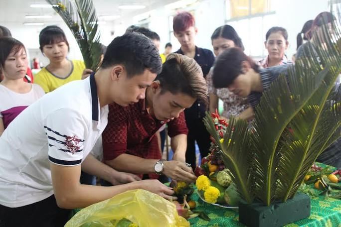 Công nhân Công ty Tân Châu thi chưng bày mâm ngũ quả