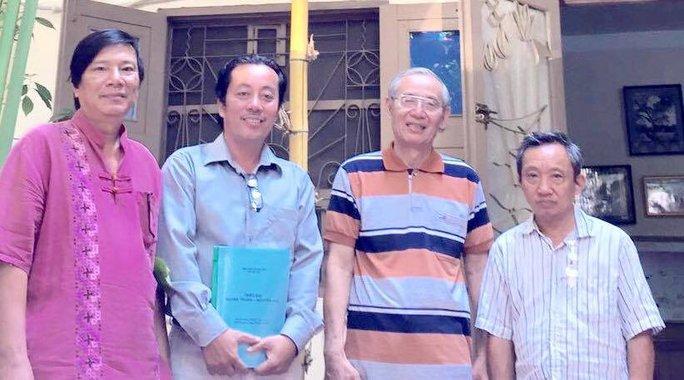 Đạo diễn Nguyễn Đức Long (thứ 2 từ trái qua) và ê-kip làm phim