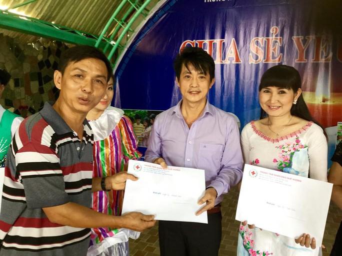 Ông Hữu Hoài - Phó Giám đốc TT Nhân đạo Quê Hương trao thư cảm ơn của Trung tâm cho NS Khánh Tuấn và Tâm Tâm
