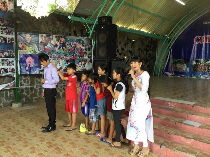 NS Khánh Tuấn và Tâm Tâm hướng dẫn các em thiếu nhi chơi trò chơi dân gian kết hợp với những bài hát mang âm hưởng dân ca