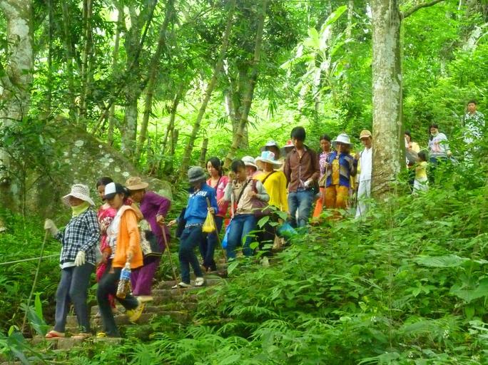 Nhiều người vẫn thích chinh phục núi Cấm bằng cách đi bộ theo lối mòn vì vừa tiết kiệm chi phí vừa rèn luyện sức khỏe