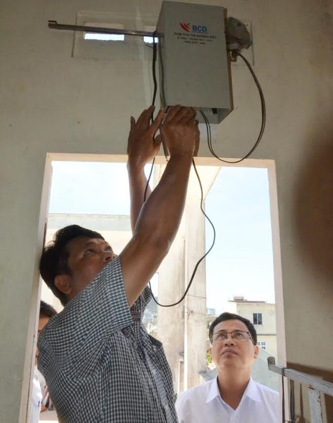 Kiểm tra tại cụm loa bị nhiễu sóng tiếng Trung Quốc ở Đà Nẵng mà người dân phản ánh (ảnh Quang Quý)