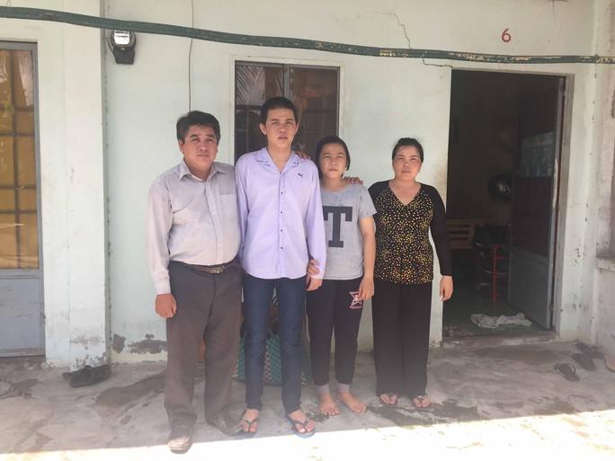 Lê Minh Nhựt trong vòng tay cha mẹ và em gái
