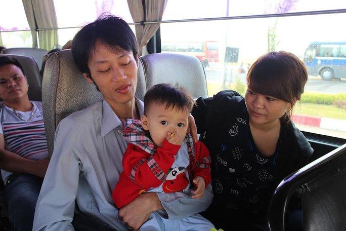 Niềm vui của vợ chồng anh Nguyễn Văn Cường và chị Trần Thị Hai (Công ty Hungway- KCX Tân Thuận) trên chuyến xe đoàn tụ với người thân