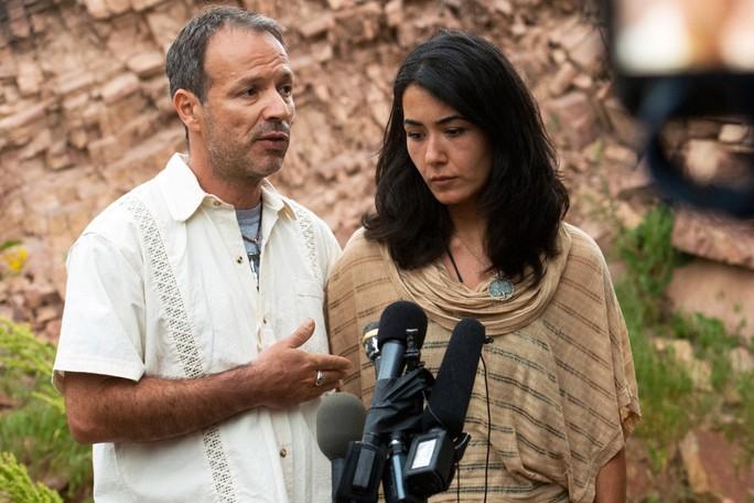 Cô Sitora Yusify và hôn phu Marco Dias bên ngoài nhà riêng ở Boulder, bang Colorado hôm 12-6. Ảnh: AP