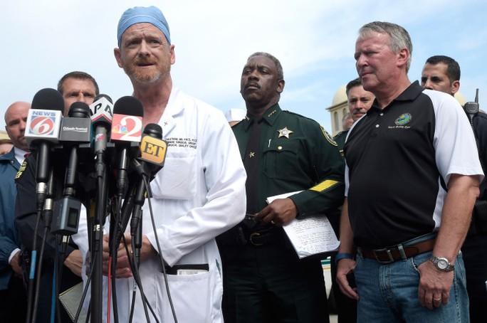 Bác sĩ phẫu thuật Michael Cheatham trong cuộc họp báo ngày 14-6. Ảnh: AP