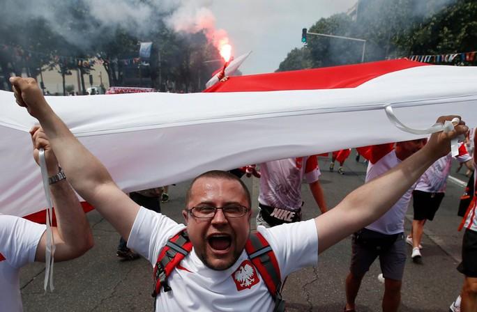 CĐV Ba Lan trước và trong trận