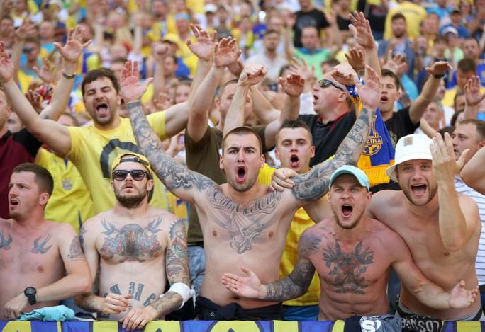 Fan Ukarine với hình xăm dữ tợn nhưng không quậy phá như CĐV Ba Lan