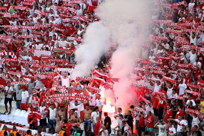 Pháo sáng - dù bị cấm - vẫn được các CĐV Ba Lan đốt lên ăn mừng bàn thắng