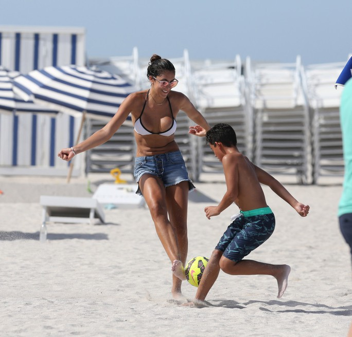 """Biển Miami """"dậy sóng"""" vì vợ Rodriguez"""