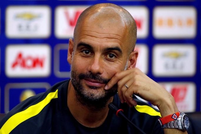 """Sang Man City, Guardiola tiếp tục """"hút máu"""" bóng đá Đức"""