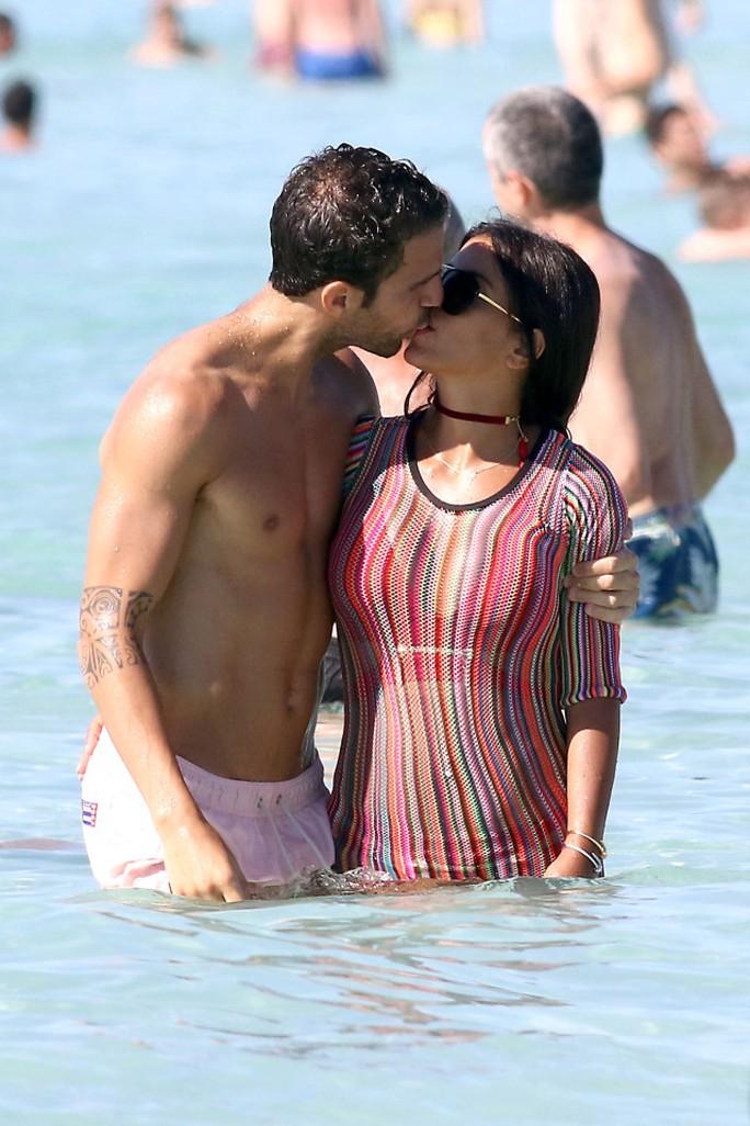 """Fabregas """"bồng bềnh"""" trên biển bên cô bồ nóng bỏng"""