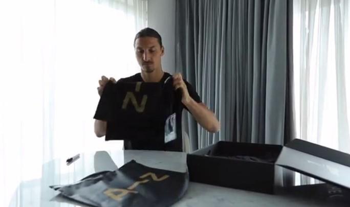 Ibrahimovic với món quà gửi đến Bravo