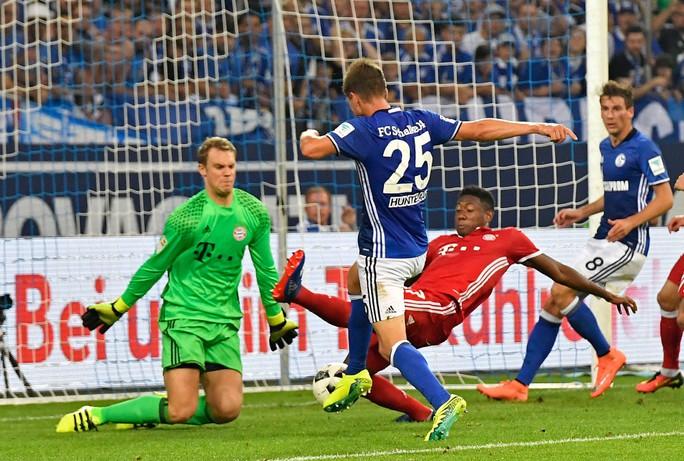 Huntelaar bỏ lỡ cơ hội ghi bàn cho chủ nhà