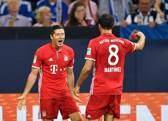 Lewandowski ăn mừng bàn thắng với Mueller