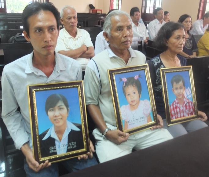 Gia đình bị hại mang di ảnh 3 mẹ con chị Vân đến dự phiên tòa phúc thẩm