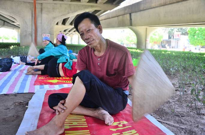"""Đủ """"chiêu"""" trốn nắng nóng thiêu đốt ở Hà Nội"""