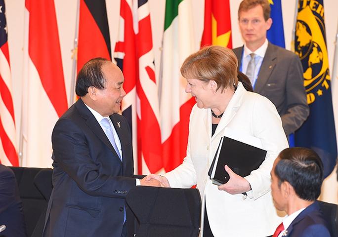 Thủ tướng Nguyễn Xuân Phúc bắt tay Thủ tướng Đức Angela Merkel