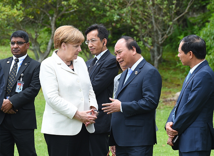Thủ tướng Nguyễn Xuân Phúc trò chuyện với Thủ tướng Đức Angela Merkel