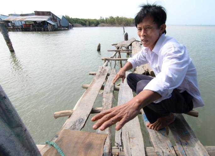 Anh Trần Văn Út, cán bộ tổ kinh tế - kỹ thuật thuộc UBND xã Vân Khánh, cho biết độ mặn trên Kênh Chợ đo được lúc 10 giờ 19 phút, ngày 17-2 là 31‰.