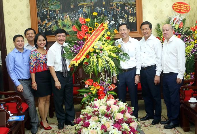 Chủ tịch Tổng LĐLĐ Việt Nam Bùi Văn Cường (thứ tư từ trái qua) chúc mừng Báo Nhân dân nhân dịp kỷ niệm 91 năm ngày Báo chí Cách mạng Việt Nam