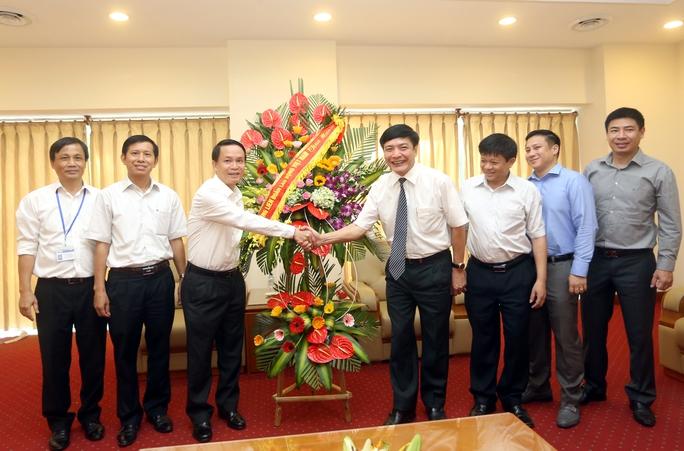Chủ tịch Tổng LĐLĐ Việt Nam tặng hoa chúc mừng lãnh đạo, phóng viên, biên tập viên, cán bộ công nhân viên Thông tấn xã Việt Nam