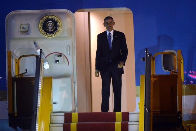 Tổng thống Mỹ Barack Obama bước ra từ chiếc chuyên cơ Không lực Một tại sân bay Nội Bài. Ảnh: Reuters