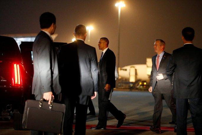 Tổng thống Mỹ Barack Obama bước tới chiếc limousine của mình sau khi rời khỏi chuyên cơ Không lực Một tại Sân bay Quốc tế Nội Bài, Hà Nội đêm 22-5. Ảnh: Reuters