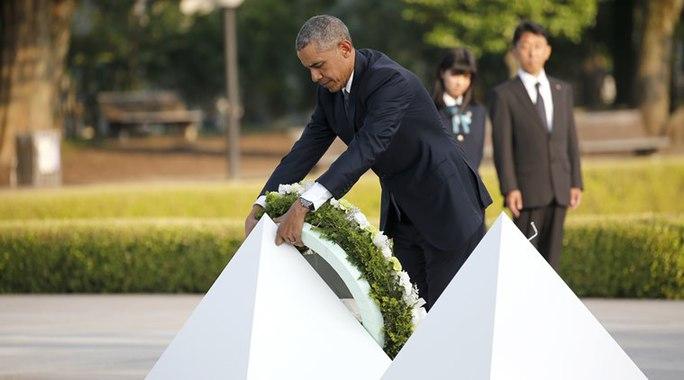 Ông Obama đặt vòng hoa tại khu tưởng niệm. Ảnh: Reuters