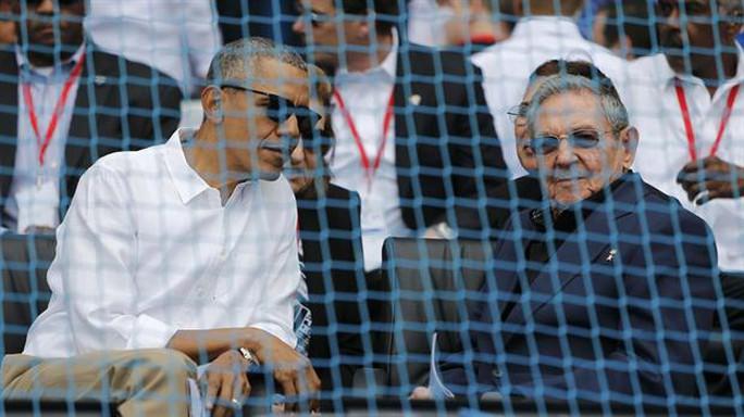 Tổng thống Obama và ông Castro ngồi kế nhau xem trận đấu bóng chày. Ảnh: Reuters