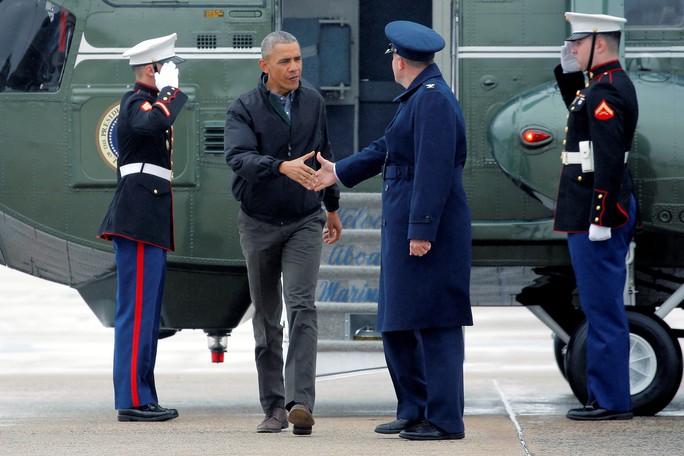 Tổng thống Obama chuẩn bị lên chiếc Không lực Một từ Căn cứ Andrews, bang Maryland để lên đường tới Việt Nam hôm 21-5. Ảnh: Reuters