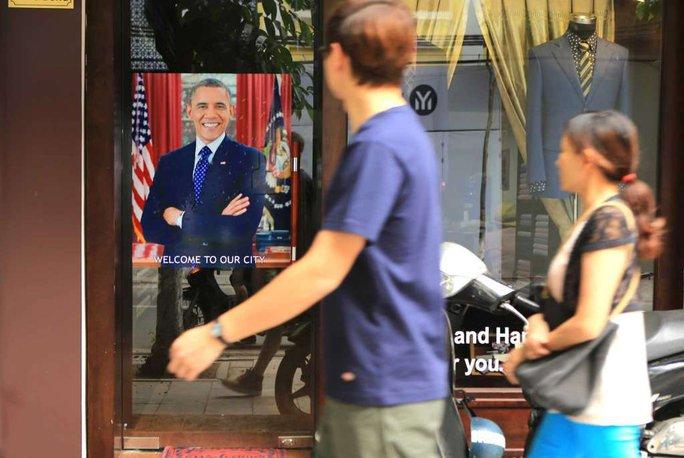 Hình ảnh Tổng thống Mỹ Barack Obama trước một cửa hiệu tại Hà Nội. Ảnh: AP