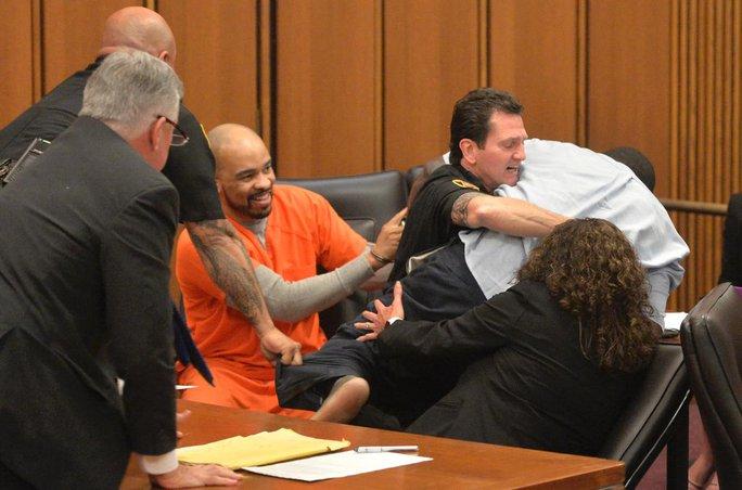 Tên sát nhân cười tươi tại phiên toà tuyên án hôm 2-6. Ảnh: AP