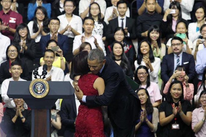 Tổng thống Obama ôm và cảm ơn Ngô Tú, một thành viên của YSEALI, là người giới thiệu Tổng thống Obama trước khi ông bắt đầu cuộc nói chuyện. Ảnh: Hoàng Triều