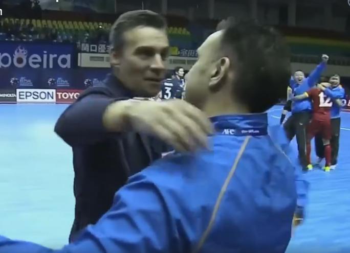 HLV Miguel Rodrigo đến chúc mừng đồng hương và là bạn thân Bruno Formoso sau trận tứ kết