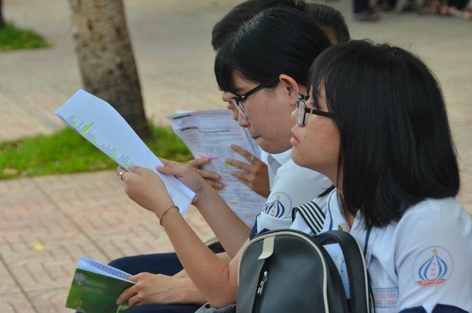 Thí sinh tranh thủ ôn bài trước khi vào phòng thi môn ngoại ngữ tại Trường THPT Mạc Đĩnh Chi, điểm thi của Trường ĐH Sư phạm TP HCM chủ trì. Ảnh: Tấn Thạnh