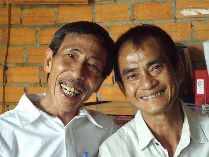 Ông Huỳnh Văn Nén (phải) và ông Nguyễn Thận – người kêu oan cho ông Nén suốt 17 năm