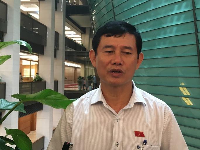 ĐBQH Nguyễn Ngọc Phương trả lời báo chí bên hành lang QH - Ảnh: Văn Duẩn