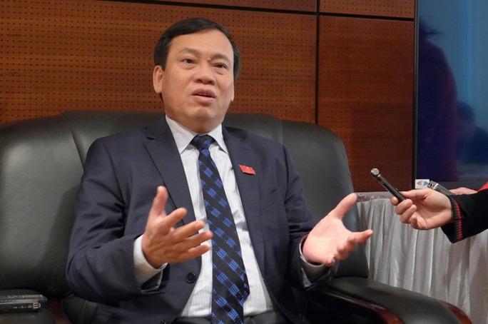 Ông Vũ Trọng Kim, Ủy viên Trung ương Đảng khóa XI, Phó Chủ tịch - Tổng Thư ký Ủy ban Trung ương MTTQ Việt Nam, trao đổi với báo chí bên hành lang Đại hội XII