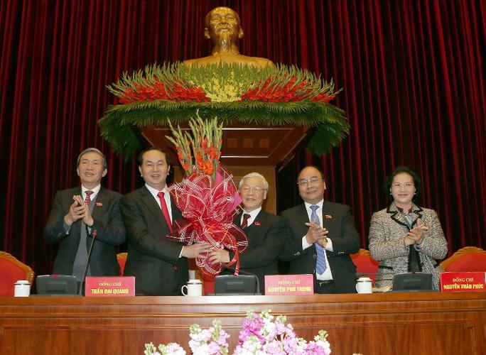 Các đại biểu tặng hoa chúc mừng Tổng Bí thư Nguyễn Phú Trọng tái đắc cử