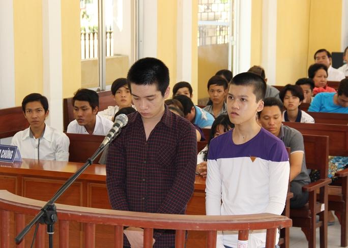 Bị cáo Thanh (phải) và bị cáo Hiếu trước tòa