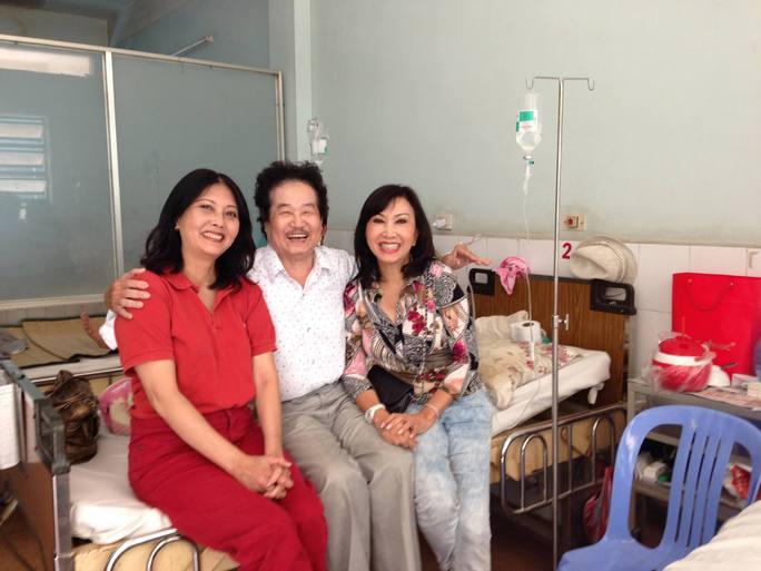 Ca sĩ Phương Hồng Ngọc và Họa Mi trong chuyến thăm nghệ sĩ Tòng Sơn