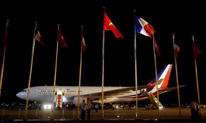 Chiếc chuyên cơ chở Tổng thống Pháp Francois Hollande tới sân bay Nội Bài (Hà Nội) rạng sáng 6-9 - Ảnh: REUTERS
