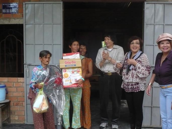 NSND Lệ Thủy và NSƯT Minh Vương trao quà từ thiện cho nông dân nghèo ở Tây Ninh