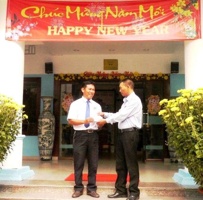 Tài xế Nguyễn Thành Tâm (trái) được khen thưởng