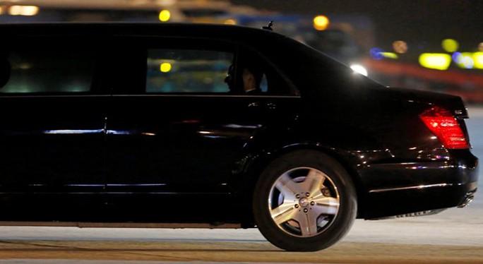 Chiếc xe chuyển bánh đưa Tổng thống Pháp Francois Hollande về khách sạn - Ảnh: REUTERS