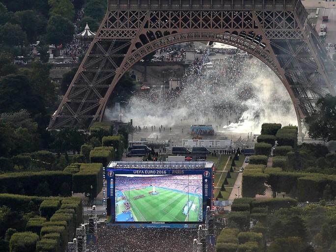 Khỏi bay mù mịt bên dưới biểu tượng nước Pháp trước trận chung kết Euro