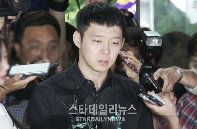 Park Yoo Chun bơ phờ khi đến trình diện cảnh sát