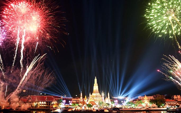 Pháo hoa bừng sáng phía trên đền Arun ở thủ đô Bangkok. Ảnh: Telegraph