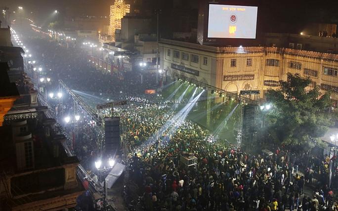 Đám đông cuồng nhiệt ở Lucknow - Ấn Độ. Ảnh: Telegraph
